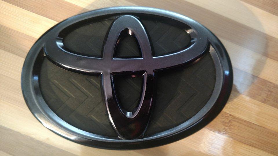 2014 Toyota Prius C >> Toyota PRiUS Front Emblem - Black-Chromed | PriusChat